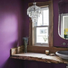 Раковина на деревянной столешнице перед окном