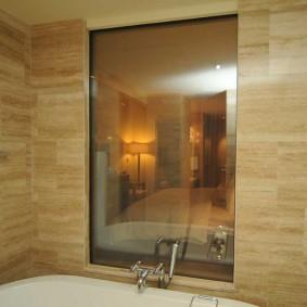 Прямоугольное окно в перегородке между ванной и коридором